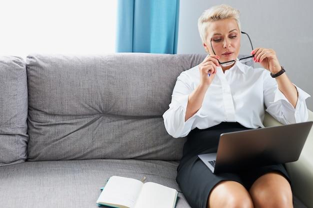 Уверенно бизнес-леди в очках