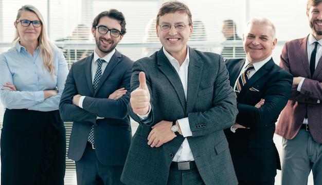 Уверенный деловой человек, показывая палец вверх. понятие профессионализма