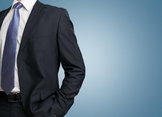 エレガントなスーツを着て自信を持ってビジネスマン