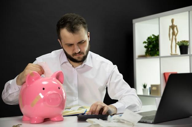Уверенный владелец бизнеса, вычисляющий финансовые счета деятельности, понятие кризиса
