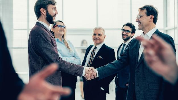 서로 악수하는 자신감 비즈니스 사람. 협력의 개념