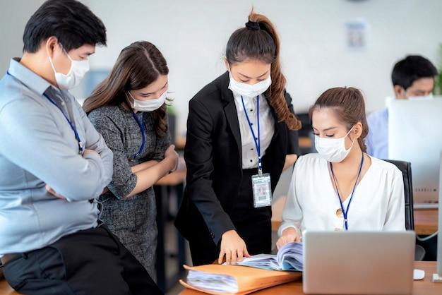 안면 마스크를 쓴 자신감있는 사업가들은 코로나 바이러스 또는 covid-19로부터 보호합니다. 코로나 바이러스 또는 covid-19의 전염병을 극복하기위한 도움, 지원 및 협력의 개념이 사업을 재개합니다.