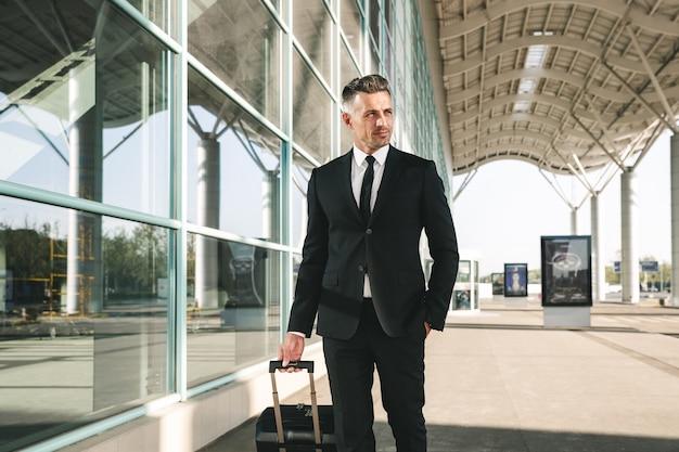 歩くスーツに身を包んだ自信の実業家