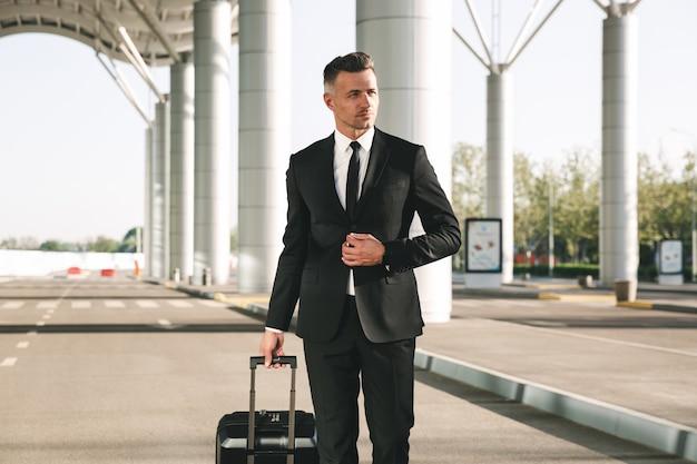 スーツに身を包んだ自信の実業家