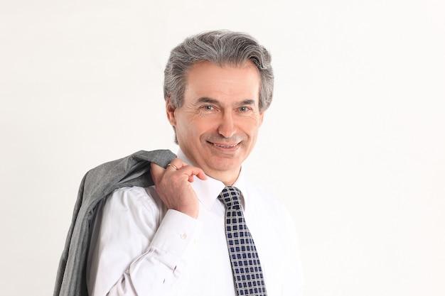 그의 어깨 너머로 재킷을 들고 자신감 사업가 흰색 배경에.isolated.