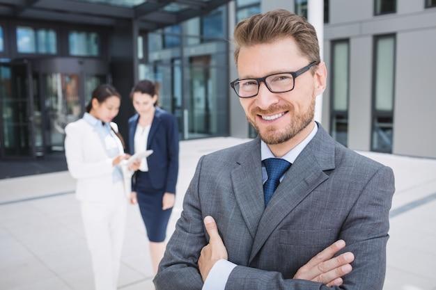 Sorridente fiducioso dell'uomo d'affari