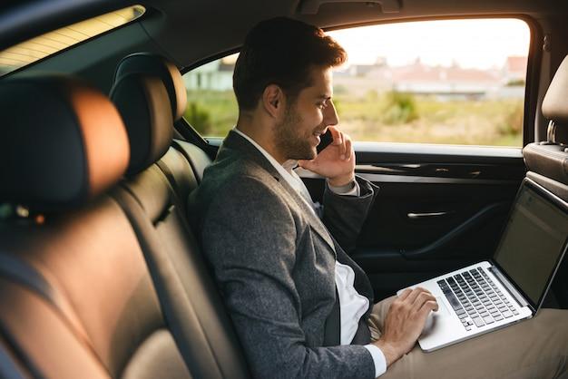 Уверенный бизнесмен разговаривает по мобильному телефону