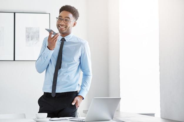 机で働く自信の実業家