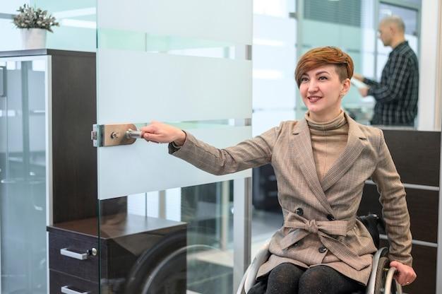 車椅子で自信を持って女性実業家