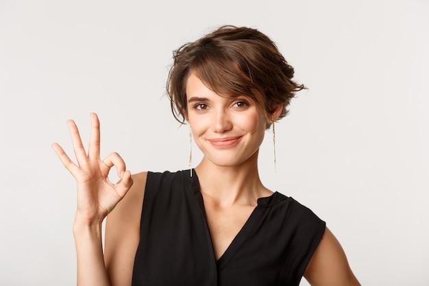 Уверенная деловая женщина показывает нормальный жест
