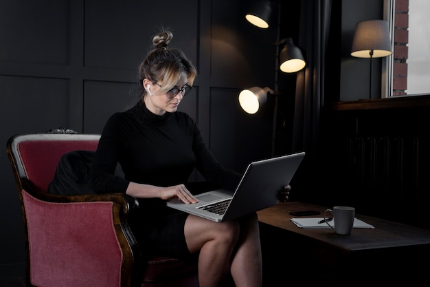 Уверен предприниматель работает на своем ноутбуке