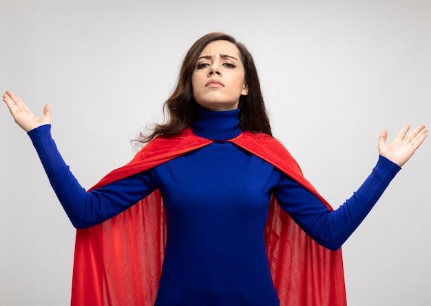 赤いマントと自信を持って白人のスーパーヒーローの女の子は、白で挙手で立っています