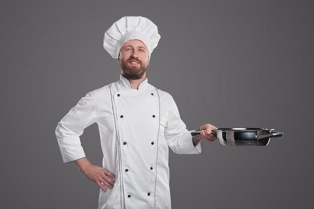 Уверенный повар со сковородой