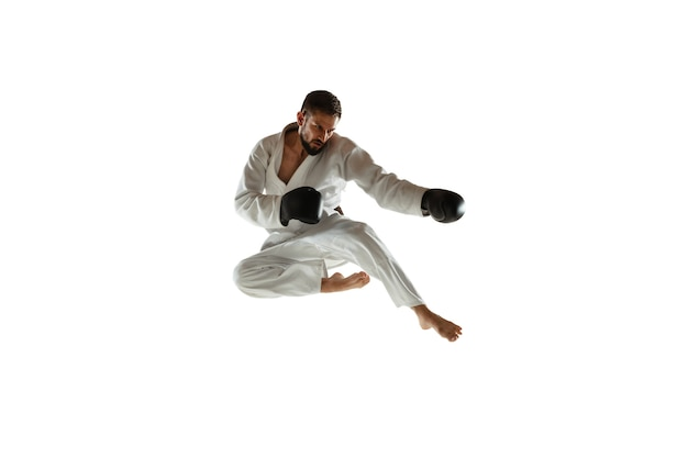 近接格闘術を練習する着物の自信のあるコーチ 無料写真