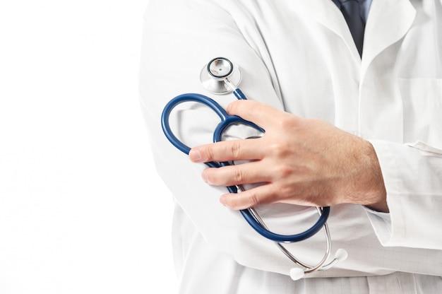 Уверенно доктор представляя с оружиями пересек, медицинский совет и концепция медицинской страховки.