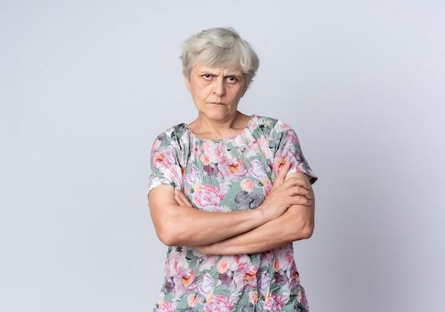 자신감이 노인 여성 흰 벽에 고립 된 교차 팔 스탠드