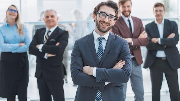 그의 동료 앞에 서있는 자신감 직원