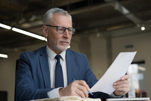Уверенный работодатель, читающий резюме