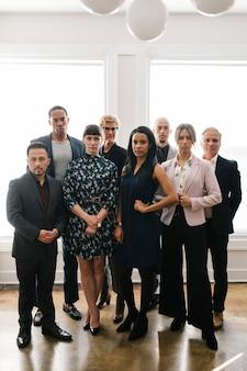 Уверенные деловые люди, стоящие вместе