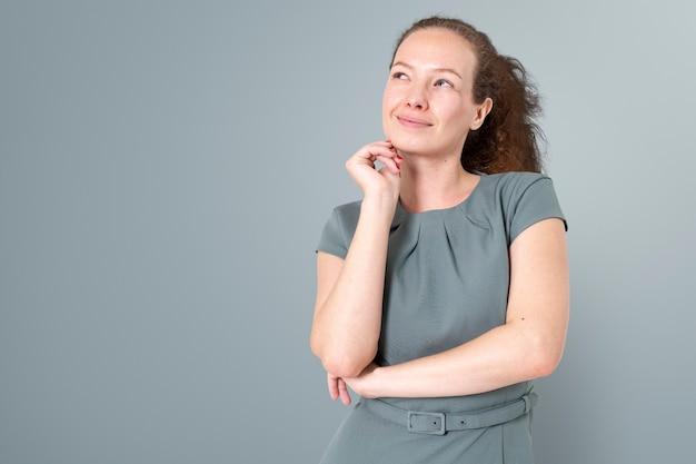 직업 및 경력 캠페인을 위해 클로즈업 초상화를 웃고 있는 자신감 있는 유럽 여성 사업가