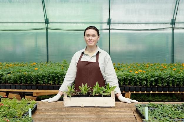 직장 옆에 서 있는 작업복을 입은 자신감 있는 농부