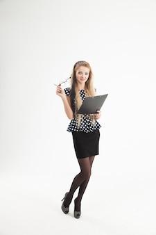 Уверенная женщина-администратор в очках с бумагами
