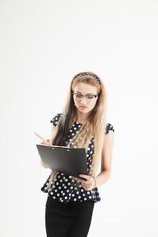 Уверенная женщина-администратор в очках