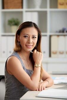 腕時計の自信のある女性マネージャー