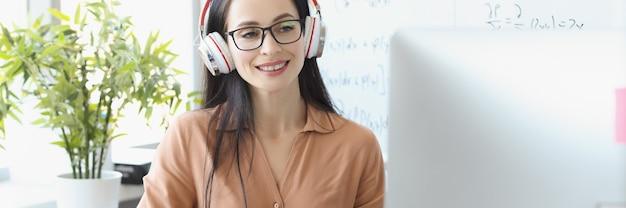자신감 있는 여성 멘토가 수학 프레젠테이션 녹음에 들어갑니다.
