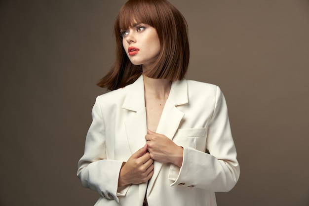 ハンドスタジオで身振りで示すファッション服で自信を持って女の子