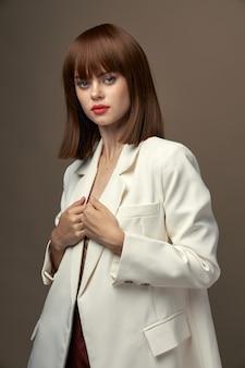 カメラスタジオのポーズのファッションの服で自信を持って女の子