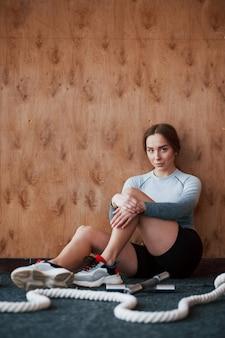Уверенная девушка готова к упражнениям. спортивная молодая женщина имеет фитнес-день в тренажерном зале в утреннее время