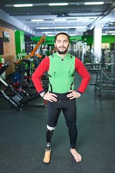 Уверенный инвалид в тренажерном зале