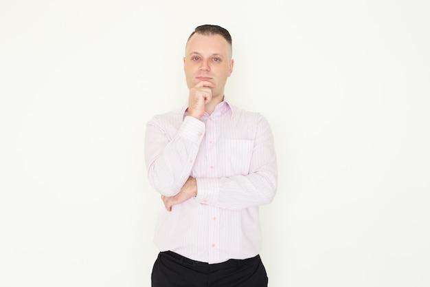 Уверенный красивый мужчина менеджер мышления стратегии и растирания подбородка.