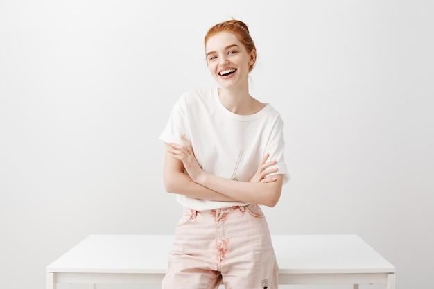 嬉しそうに笑って自信を持って幸せな赤毛の女性