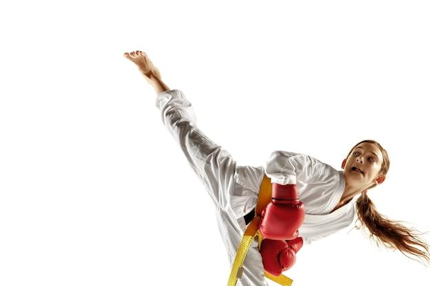 白兵戦の武道を練習する着物の自信のあるジュニア