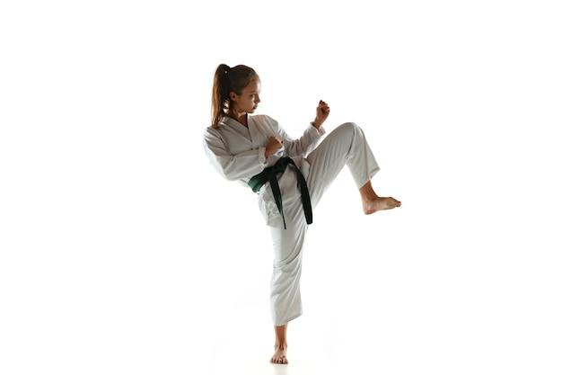 Junior fiducioso in kimono che pratica il combattimento corpo a corpo