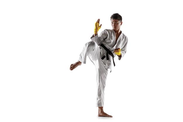 백병전, 무술을 연습하는 기모노를 입은 자신감 있는 한국 남자