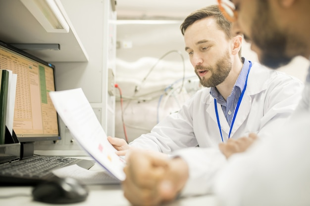 同僚に情報を説明する自信のあるラボエンジニア