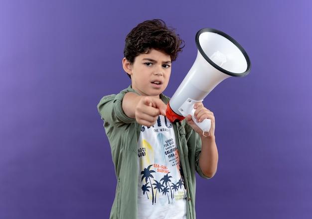 スピーカーと紫色の壁に隔離されたポイントを保持している自信を持って小さな男子生徒