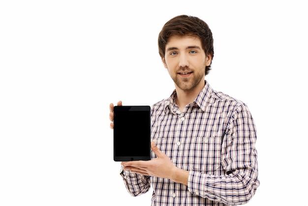 デジタルタブレットのディスプレイを示す自信を持って男性
