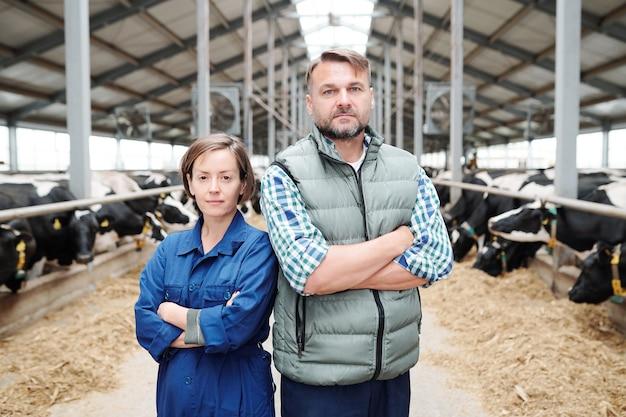 Уверенный зрелый глава современной фермы и один из его подчиненных