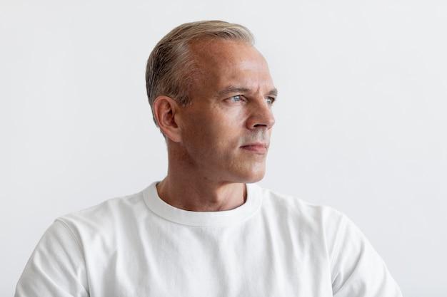 Уверенный портрет мужчины средних лет
