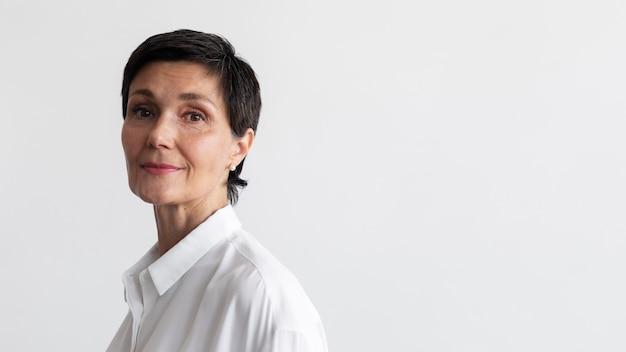 Уверенный портрет женщины средних лет