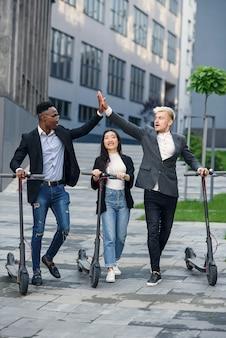 비즈니스 프로젝트를 논의하는 자신감이 다민족 사무실 동료가 사무실 건물 근처로 이동
