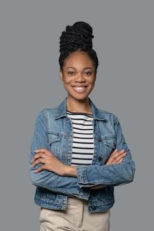 Уверенная в себе. фотография темнокожей молодой энергичной женщины