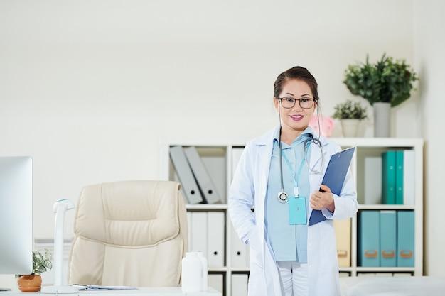 Уверенно позитивная женщина-врач