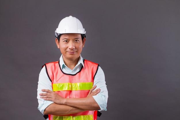 자신감 있고 전문적인 아시아 남성 엔지니어, 토목 건축, 건축업자, 건축가, 노동자, 팔 교차