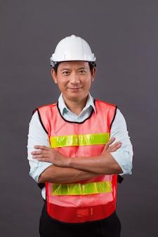 Уверенный, профессиональный азиатский инженер-мужчина, гражданское строительство, строитель, архитектор, рабочий, скрещивание рук