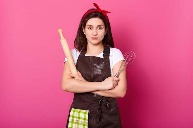자신감이 전문 요리사 핑크 위에 단단히 격리 포즈